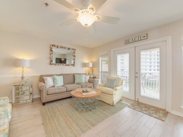 Bright, open condo, Steps to the beach, Minutes to entertainment