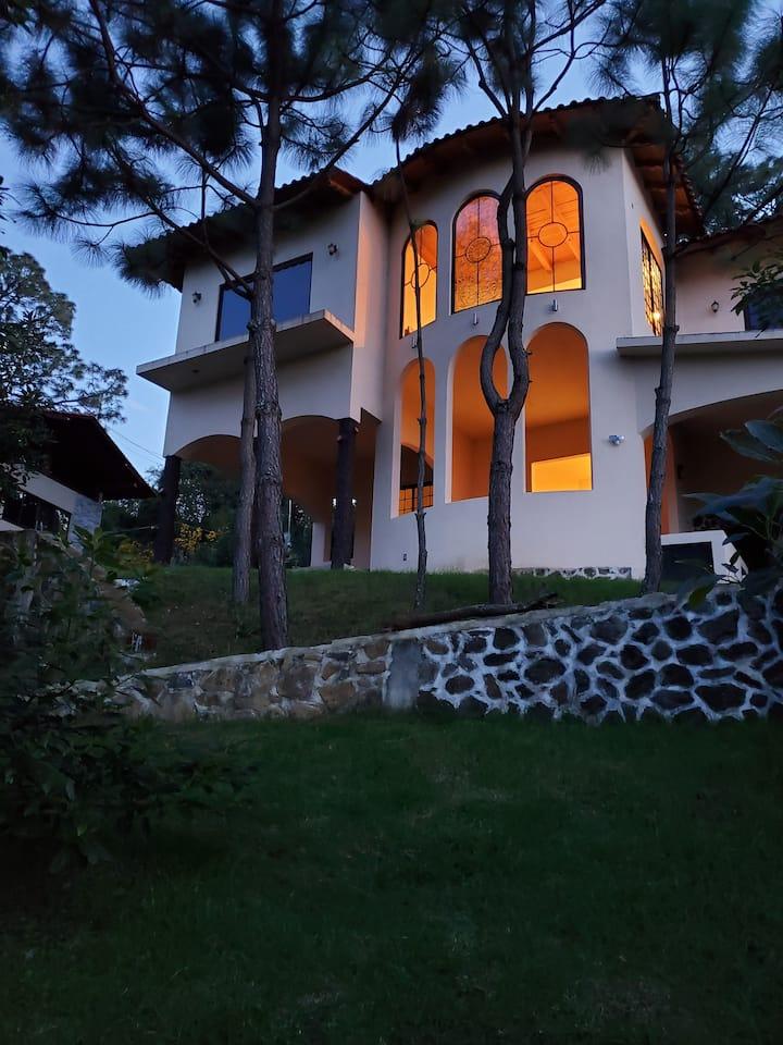 Casa grande con buena vista cerca a pueblo