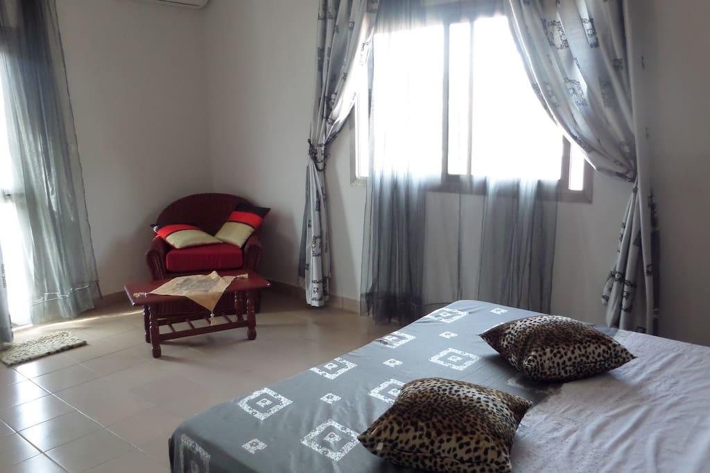 Chambre principale,télé+placard + coin café............