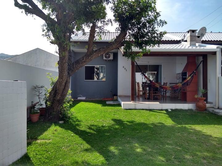 Casa localizada a 100 metros da praia de Zimbros.