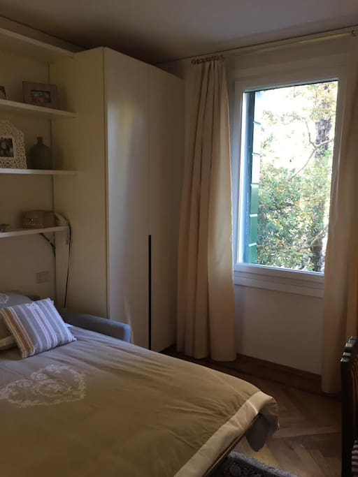 La finestra è molto ampia e rende la stanza luminosa ed arieggiata.