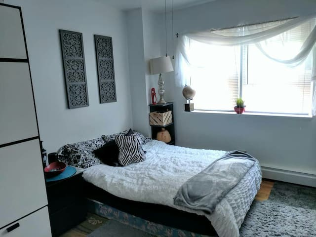 Cozy private room /Blue Line ,Metra train /
