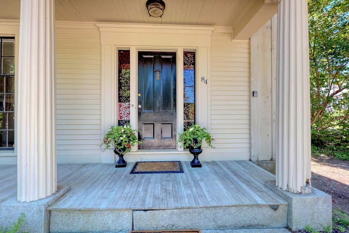 Quaint, dog-friendly condo w/ a full kitchen - walk to the waterfront!