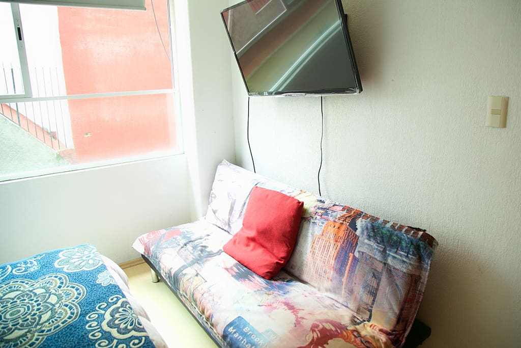 sofa cama y tv con netflix