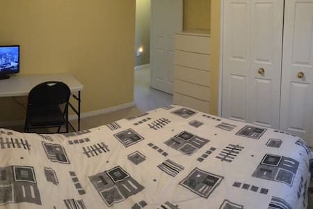 Cozy private room in West Kitchener - Kitchener - House