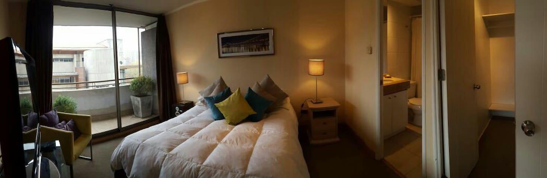 dormitorio para dos personas con tv paga, con gran ventanal y acceso a la terraza