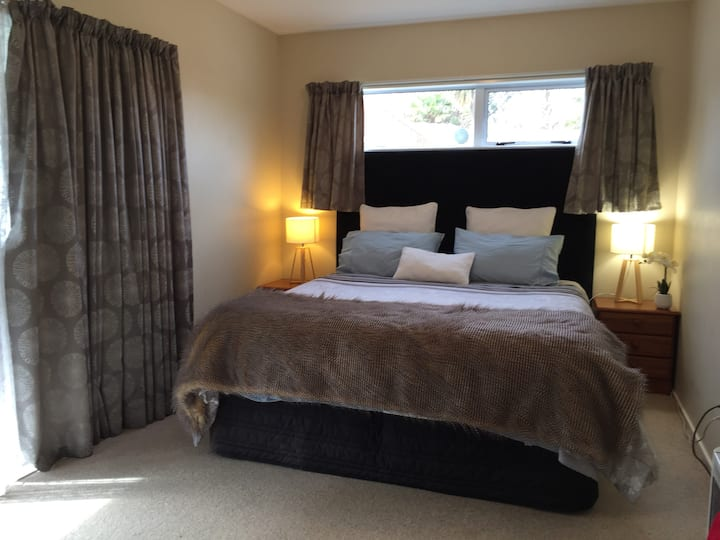 Self Contained Studio 10 min drive to City & Beach