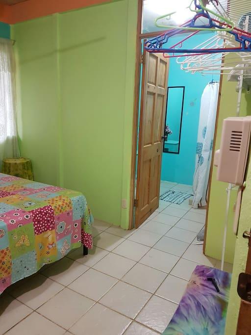 La chambre est très grande et a sa propre salle de bain privée, ce qui permet plus d'intimité.