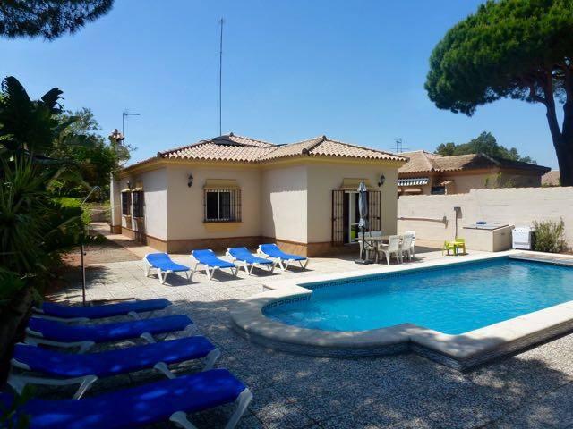 Villa avec piscine chauffée et cuisine extérieure