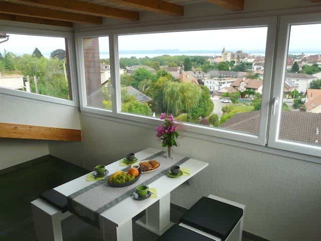 Charming attic with view on lake, Alps and castle - Milvignes - Apartment