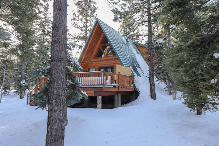 PineCone Rest - Well put together cabin (pet friendly)  with a detached suite - Close to fishing in a wooded setting, not far form Zion & Bryce Canyon!