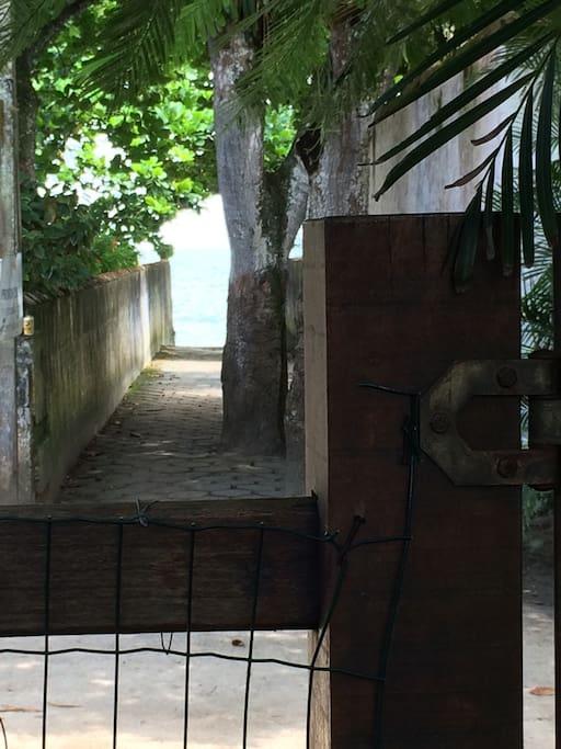 Distancia do portão da casa à praia - 20 metros