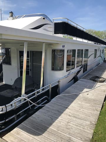 Fully Heated Luxury Houseboat on Seneca Lake!