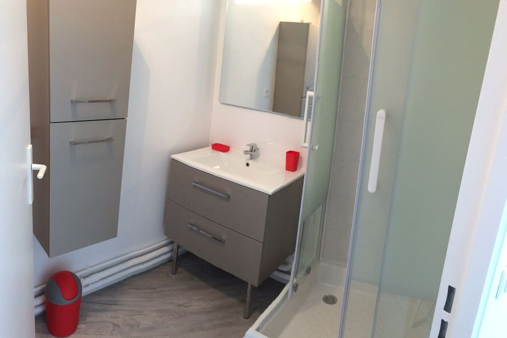 Salle de bains avec WC offrant tout le confort