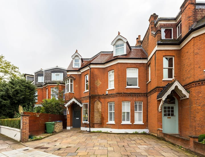 Luxury W. London 6 bedroom + heated swimming pool!