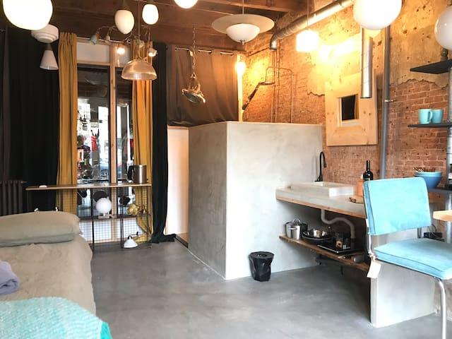 Vintage industrial Studio in canal villa