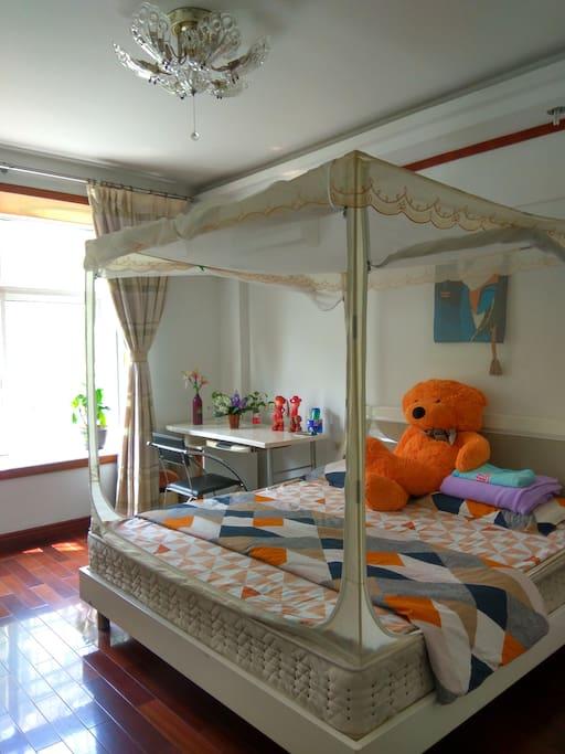 大大的床,大大的窗!暖暖的阳光,拉起窗帘,私密的空间