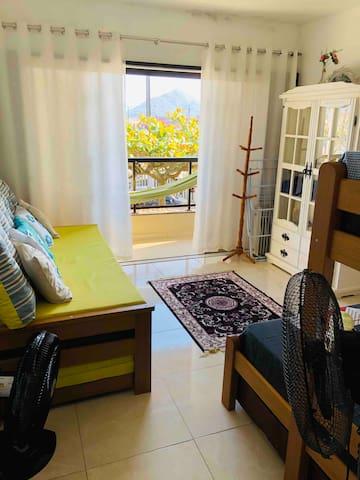 Quarto da frente, uma cama de casal, uma cama de solteiro, um bicama e três colchões avulsos. Na sacada, uma rede para relaxar e ver o por do sol.  Tem repelente elétrico no quarto.