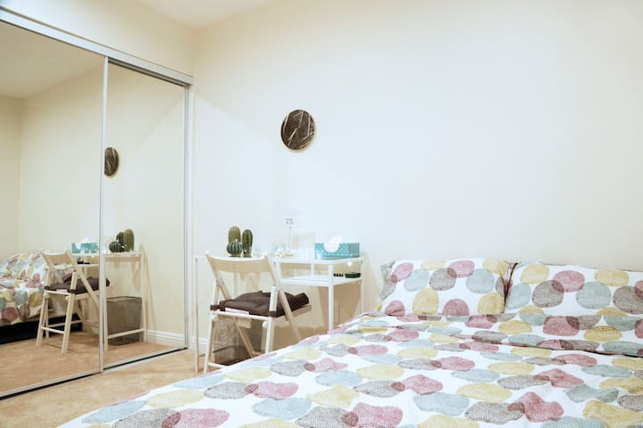 NEW mattress, spacious bright room - South Gate