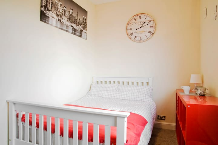 Small Double Bedroom (Sky Room) - Wolverhampton - Ev
