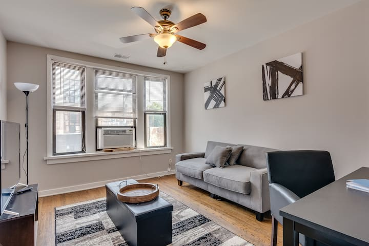 Stay a block from Wrigley! 2 bedroom on Clark