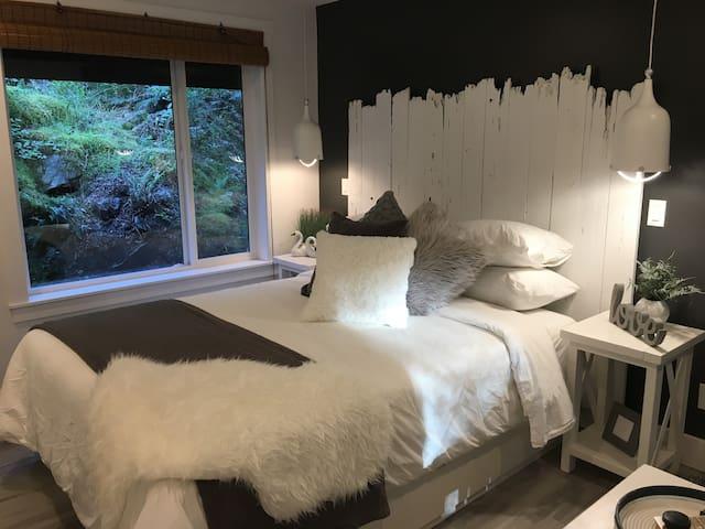 LARGE WINDOWS TO ENJOY NATURE CLOSE UP