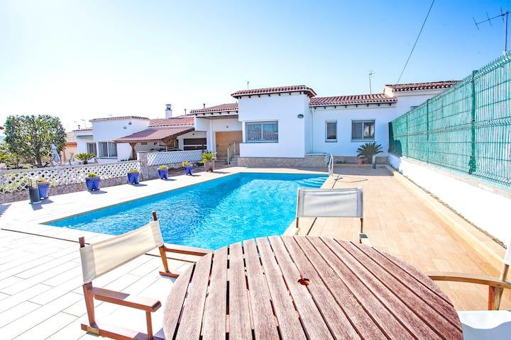 VILLA ROSA ★ Acogedora Villa con piscina privada, BBQ y jardín. FREE WIFI. 5PAX. Ideal para famili