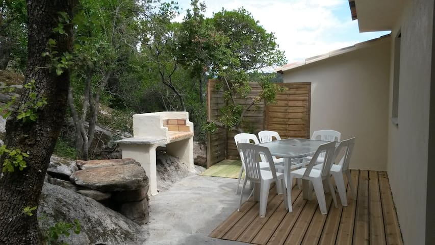 terrasse coté rocher avec coin repas et barbecue