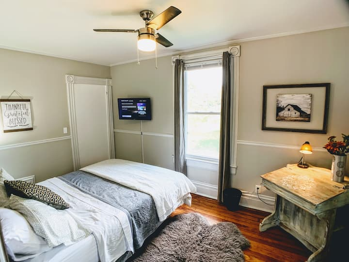 """Gorgeous """"Truman"""" bedroom-Newly Renovated Mansion"""