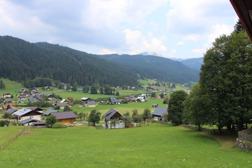 Aussicht von der Terrasse ins Tal