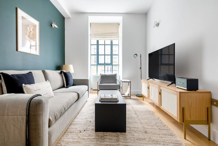 Warehouse Covent Garden 2BR, nr. the CG Market by Blueground