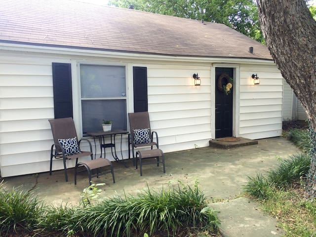 Charming Backyard 1BR Bungalow - No Cleaning Fee! - Waco - Bungalov