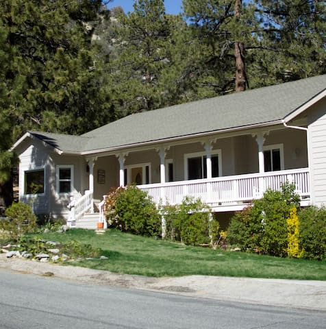 Escape to the Mountains-Applewood Inn Hollyhock Rm