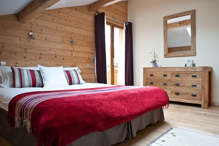 Bedroom 2: Flexible double or twin room (first floor) with access to a shared shower room with WC