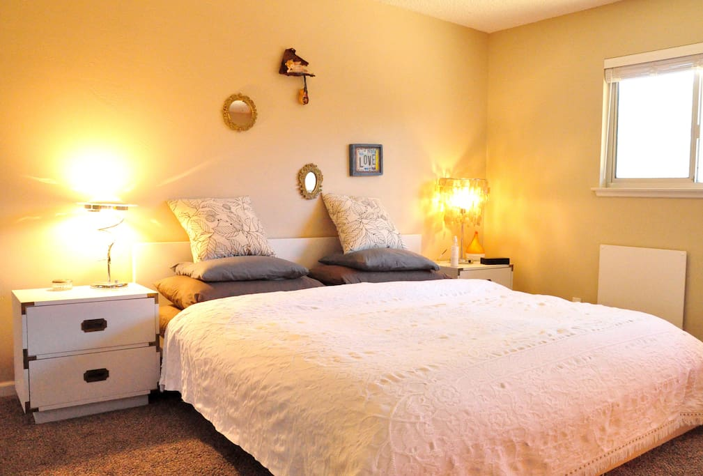 Masterbedroom w/ king size bed