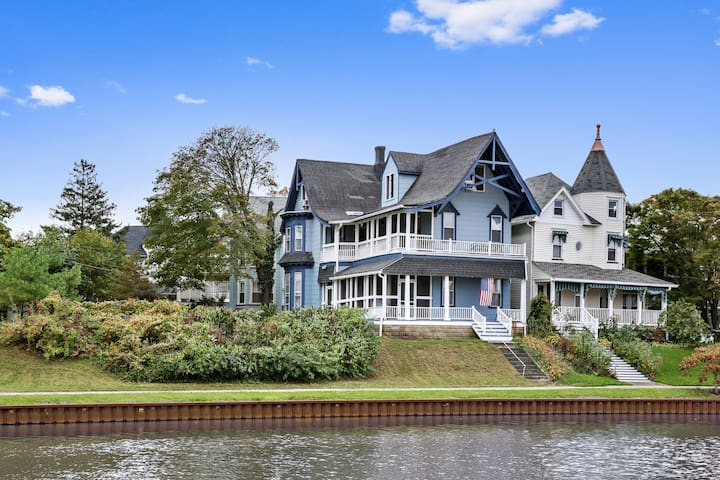 Beautiful Lakefront Victorian w Balcony City Views