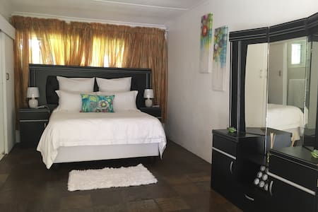 Nice, cozy and private garden cottage. - Pinetown