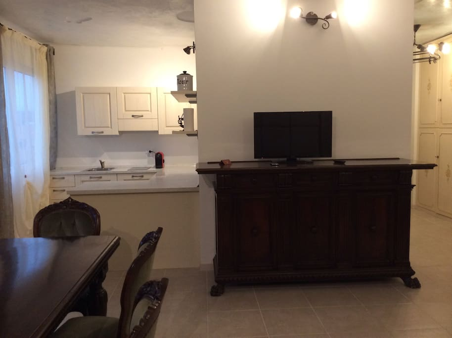 Angolo cottura e zona TV  in soggiorno