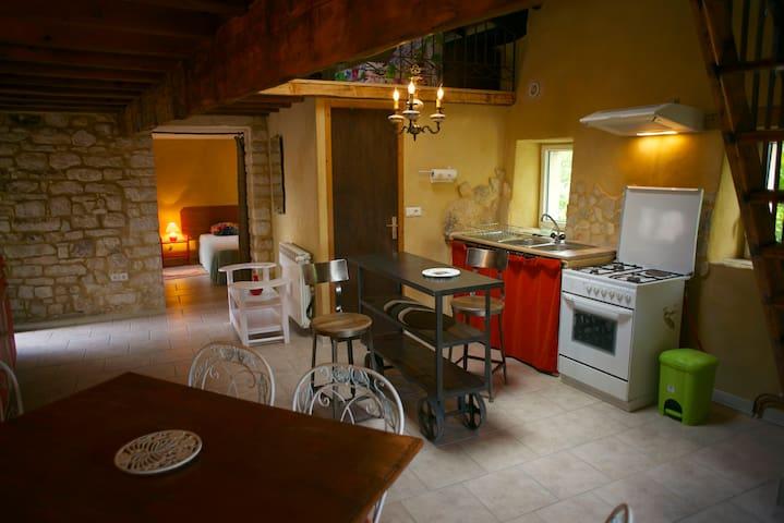 Petite maison de village, silence et luminosité - Issirac - House