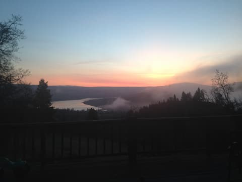 Gorgeous views of columbia river, country setting