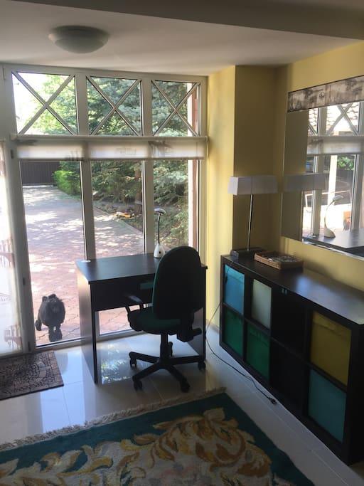 Письменный стол с креслом.