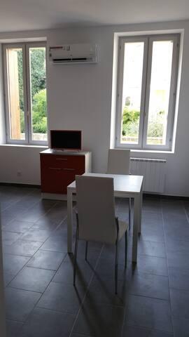 studio meublé neuf ,climatisé au centre ville