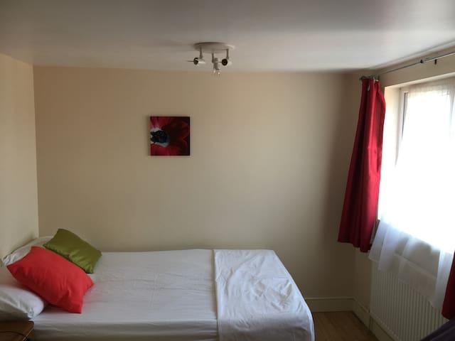 Lofty 2 bedrooms & kitchen 10 mins from Train