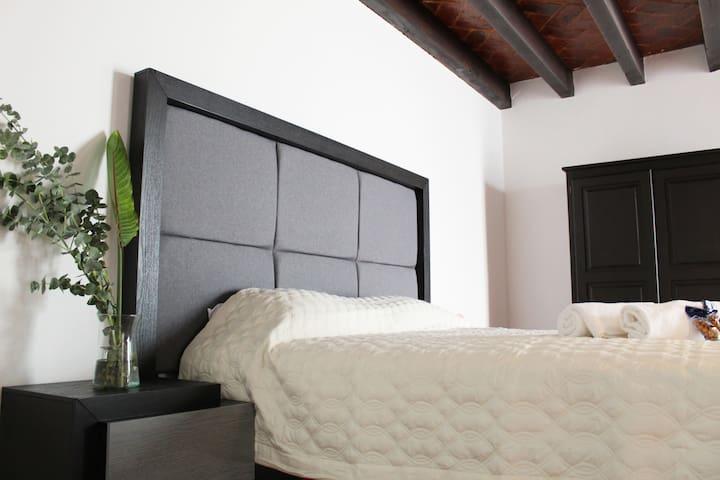 Disfruta una cama Queen, dentro de habitación privada en nuestra casa colonial, toallas XL y hacemos realidad peticiones especiales si quieres dar una sorpresa o regalo
