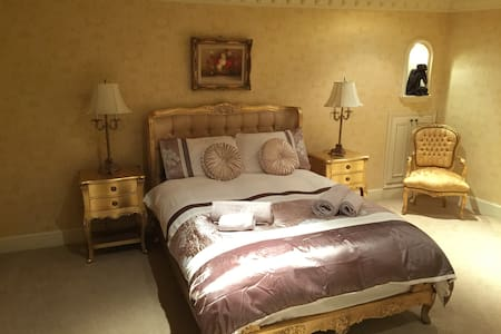 LUX. BEDROOM WITH PRIVATE BATHROOM - Hawick