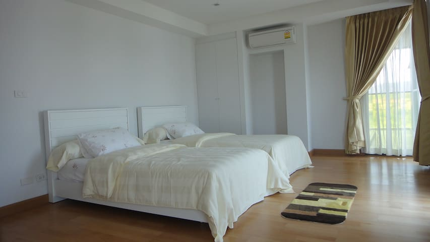 Large & confortable bedroom with nice view upon the town