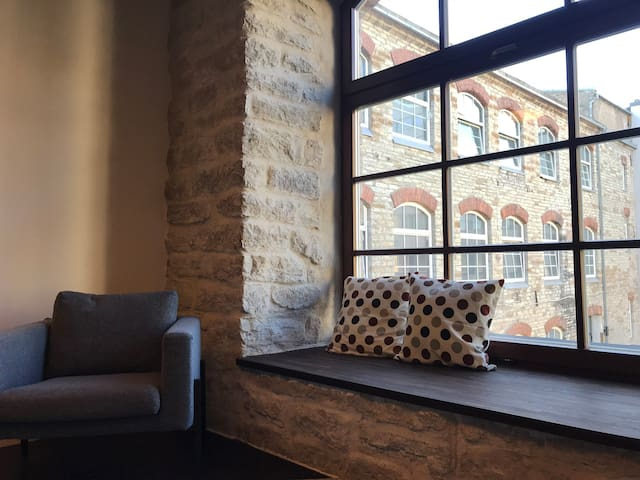 The apartment faces the inner courtyard and is tucked away from the noisy street.