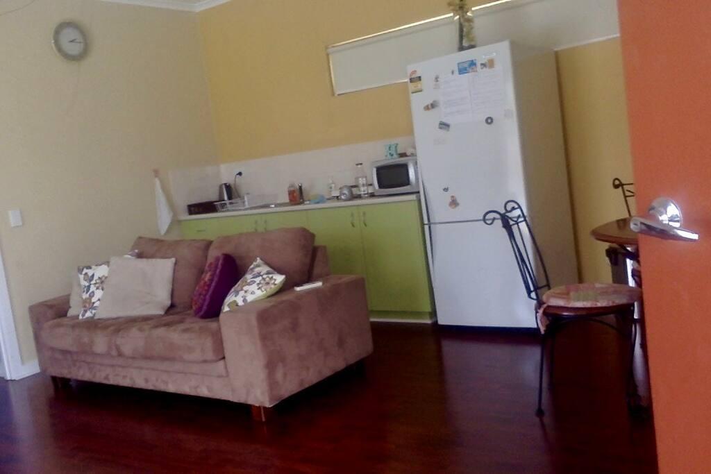 リビングダイニング。キッチン。このソファーがダブルベッドになる