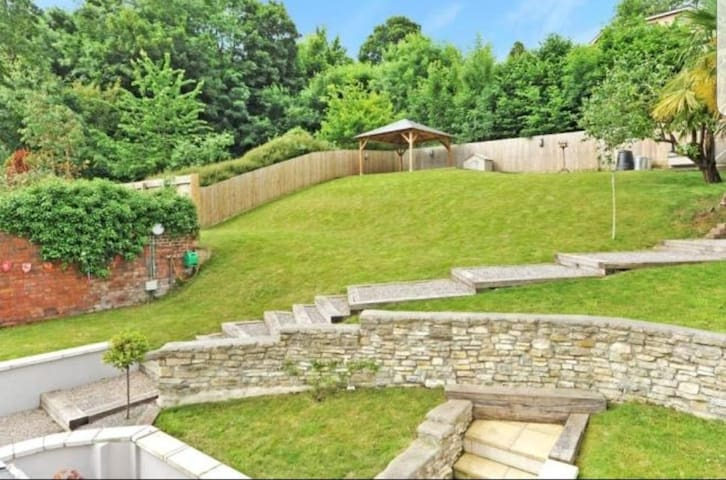 Nr Bath, double ensuite & garden, parking included