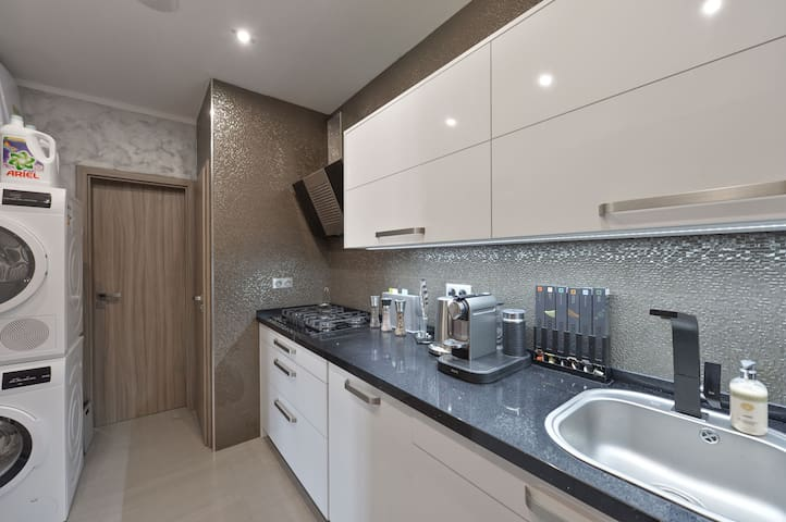AIRCONDITIONED❤LUXURY LETNA APT WITH BALCONY,LIFT